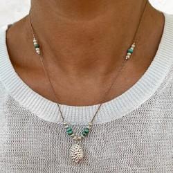 Aurelia mit Türkis-Steinen       Filigrane Kette mit Facettiertem Anhänger.   Diese Halskette ist Unikat. Aurelia wird definitiv eines der Lieblingsstücke Ihrer Schmuck-Kollektion werden. Ob zum casual oder schicken Outfit, diese sehr vielseitige Halskette ist das perfekte Accessoire für den täglichen Look.    Material : Sterlingsilber, Türkis-Steinen, silk Band.    Länge :Einstellbar von 42-44cm   Bitte beachten Sie unsere   Pflege Tipps  .